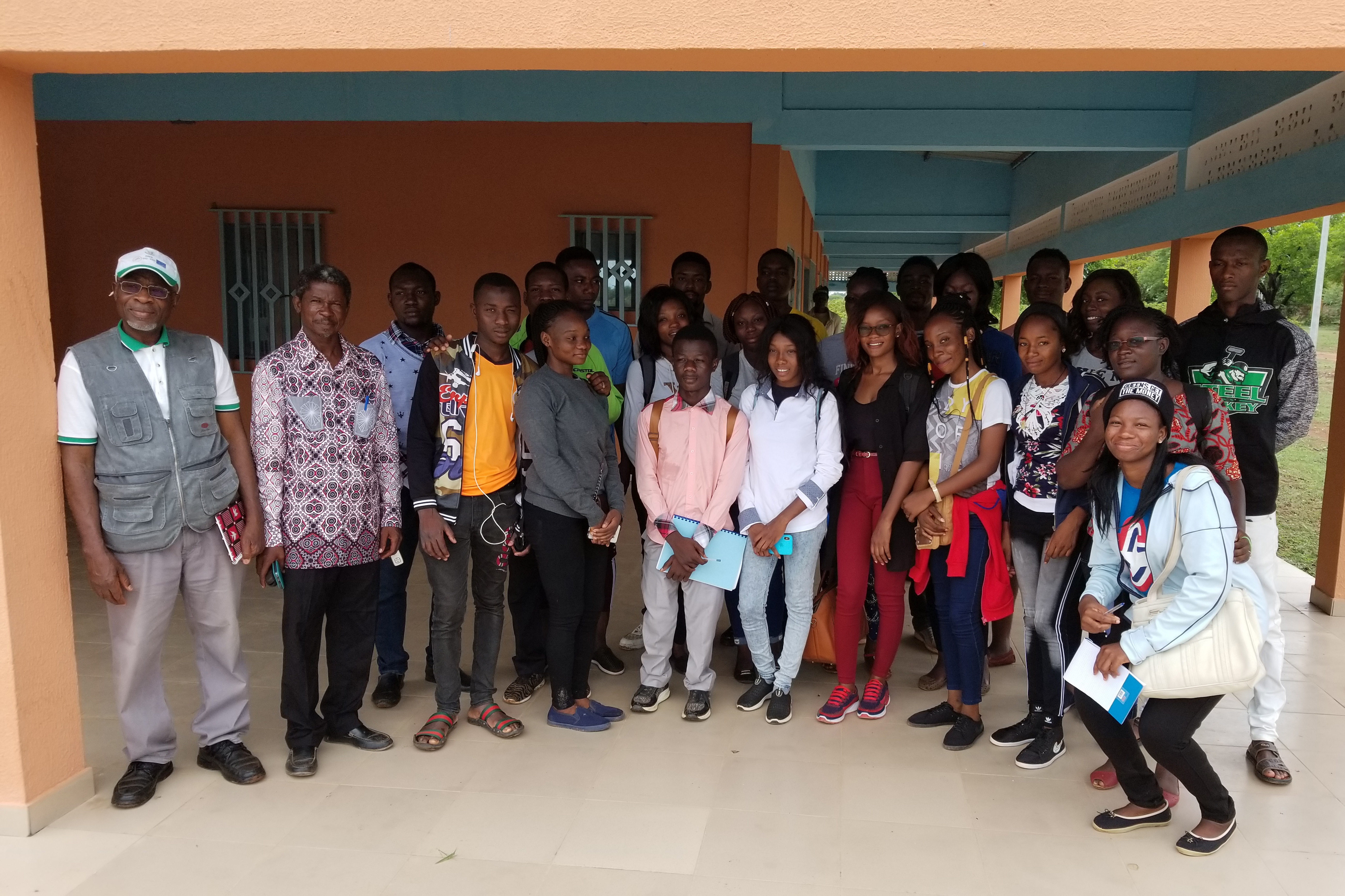 The students on the study tour after the visit of the dairy unit.